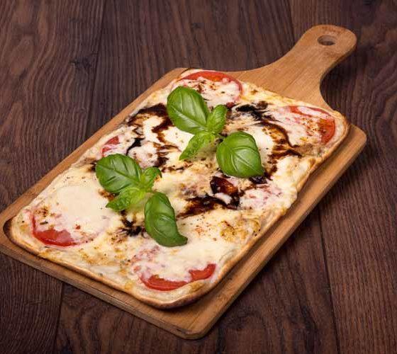 Hausgemachter Flammkuchen mit Mozzarella, Gouda und Balsamico-Creme